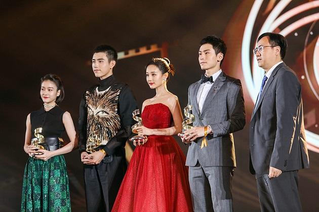 张哲瀚出席微博电影之夜 获微博最受期待电影新力量荣誉