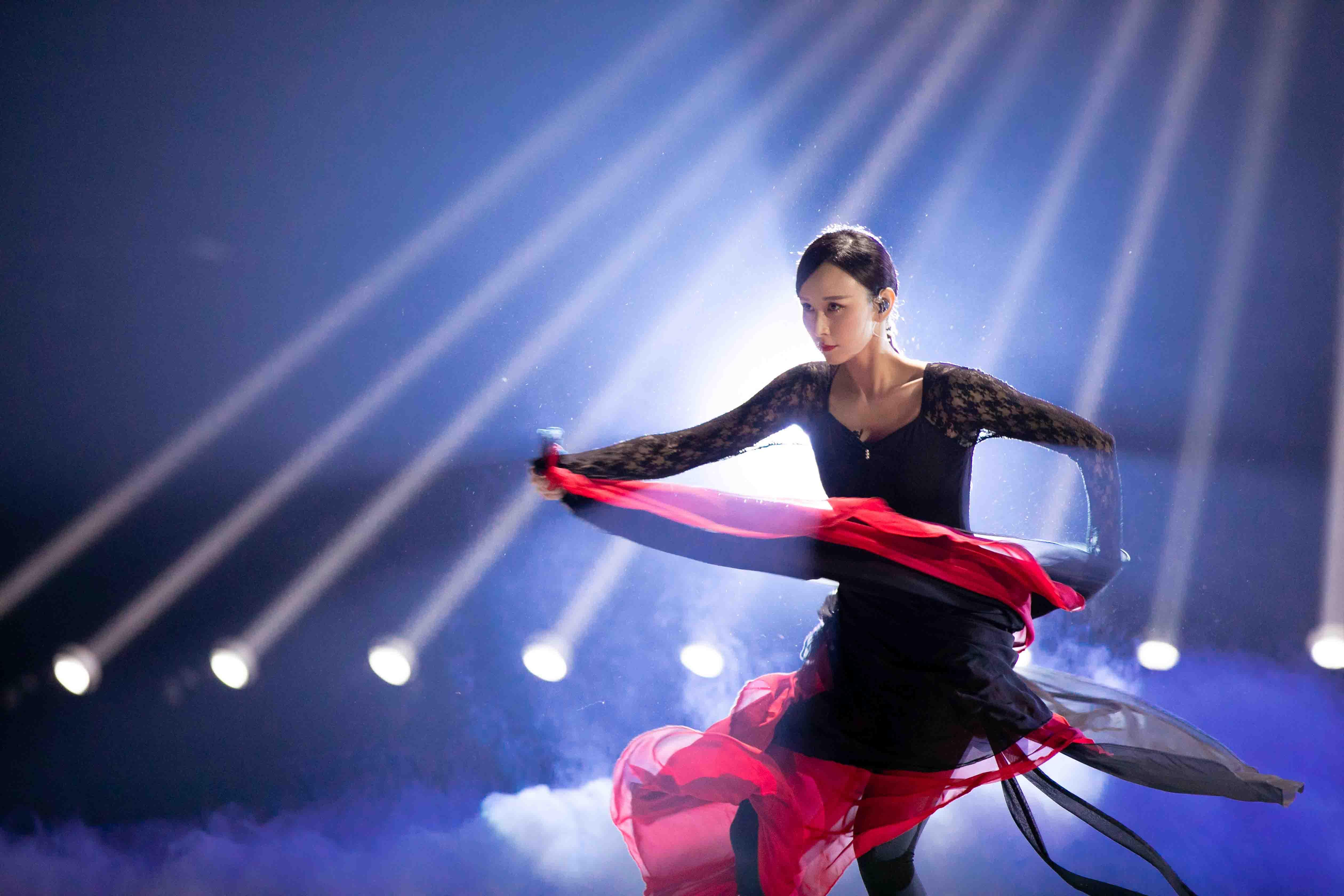 胡静《姐姐2》初舞台展超强实力  《大鱼》舞艺惊艳气质高雅