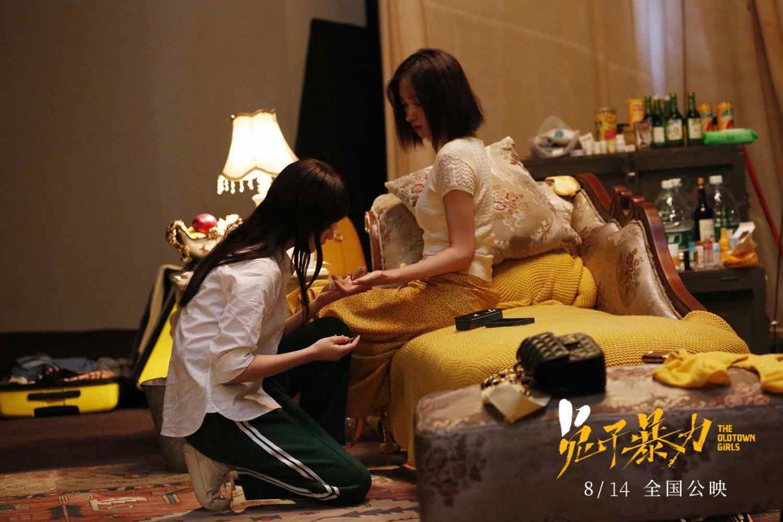 """《兔子暴力》曝""""隧道表白""""片段  万茜李庚希领衔""""兔子帮""""引全民共情"""